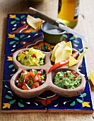 Guacamole, Mango- und Tomatensalsa; dazu Tortillachips
