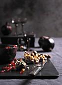 Schokoladentrüffeln, Granatapfelkerne und Haselnusskrokant