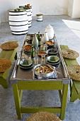 Gedeckter Tisch mit Couscous und Olivenöl (Tunesien)