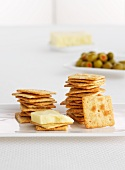 Wholemeal crackers with cheese and olives