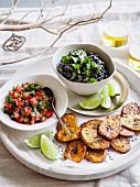 Tostones mit schwarzem Bohnenpüree und Salsa zu Weihnachten