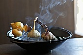 Zwiebeln und Knoblauch räuchern