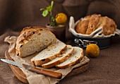 Selbst gebackens Aprikosen-Haselnuss-Brot