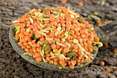 Linsen-Reis-Mischung mit Kräutern & Gewürzen auf Löffel