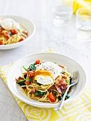 Spaghetti mit pochiertem Ei, gebratenem Schinken und Spinat