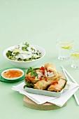 Vietnamesische Frühlingsrollen mit Huhn und Nudelsalat