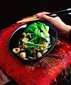 Fried prawns with pak choi and broccoli (China)
