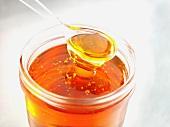 Golden Syrup im Glas mit Löffel