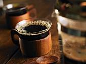 Kaffeekanne und kleine Tasse Kaffee