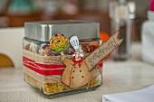 Trockene Zutaten für Nudelgericht mit Tomaten in einem Geschenkglas