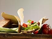 Vollkornsandwich mit Frischkäse, Gurke, Tomaten und Maiskörnern