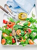 Gemischter Blattsalat mit Tomaten und Mozzarella