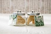 Trockene Zutaten für chinesische Nudelsuppe in Gläsern