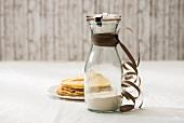 Backmischung für Pfannkuchen in einem Glas und fertige Pfannkuchen
