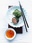 Mangoldröllchen mit asiatischer Füllung auf Reis und Sweet Chili Sauce