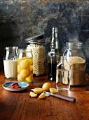 Arabisches Stillleben mit Salzzitronen, Melasse, Couscous, Harissa, Rosenwasser, Tahini und Ptitim