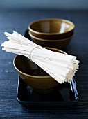 Asiatisches Essgeschirr und Nudeln