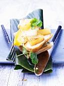 Toast mit Ananas, Mango und Tofu