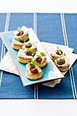 Canapés with soft cheese and chutney
