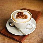 Cappuccino mit Herzform aus Kakao