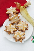 Star-shaped biscuits with cardamom and apricot glaze
