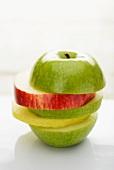 Verschiedene Apfelscheiben, gestapelt