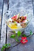 Joghurt mit frischen Feigen, Walnüssen und Honig