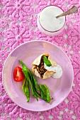 Mini tartlet with lentil filling and yoghurt