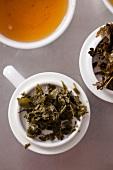 Grüne Teeblätter nach dem Aufgiessen