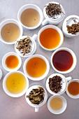 Verschiedene aufgebrühte Tees und Teeblätter