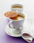 Zwei Tassen Masala Chai Tee mit Keks