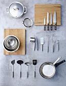 Verschiedene Küchenwerkzeuge, Kochtöpfe, Pfannen und Rührschüsseln