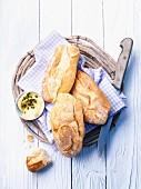 Baguettebrötchen und Butter im Brotkorb