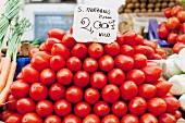 Ein Haufen San Marzano Tomaten auf dem Markt