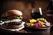 Gegrillter Burger mit Ziegenfrischkäse und Tomatensalat