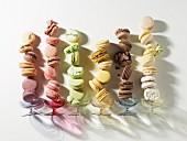 Verschiedene bunte Macarons in Reihen nebeneinander