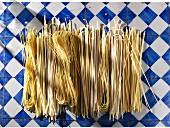 Ungekochte Spaghetti & Spaghettini (Aufsicht)