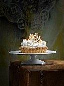 Small meringue pie with pudding filling