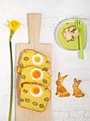 Kartoffel-Mais-Brot mit gekochtem Ei und grünem Spargel und Krabbenaufstrich zu Ostern