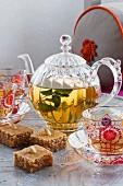 Türkischer Honig-Grieß-Kuchen und Minztee