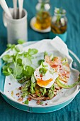 Röstbrot mit grünem Spargel und pochiertem Ei