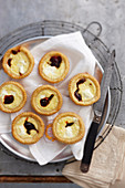 Mini quiches with goat's cheese and caramelised onions