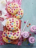 Riesencookies mit bunten Schokolinsen, Erdbeermilch in Flaschen