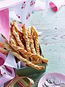 Gedrehte Gebäckstangen mit Parmesan und Frühlingszwiebeln gefüllt
