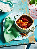 Süß-saure Schweine-Hackbällchen mit Ananas und roten Zwiebeln, dazu Reis