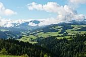 Blick von der Moosegg (Kanton Bern, Schweiz), ins Emmental und auf die Berner Bergwelt