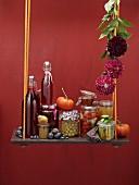 Herbstliches Stillleben mit eingemachtem Gemüse und Obst