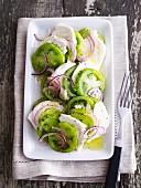 Tomatensalat mit grünen Tomaten, Ziegenkäse & Zwiebeln