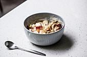 Joghurtmüsli mit Cerealien und Pfirsich