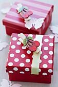 Hübsche rot-weisse Geschenkkartons mit Kirschmotiv-Klammern